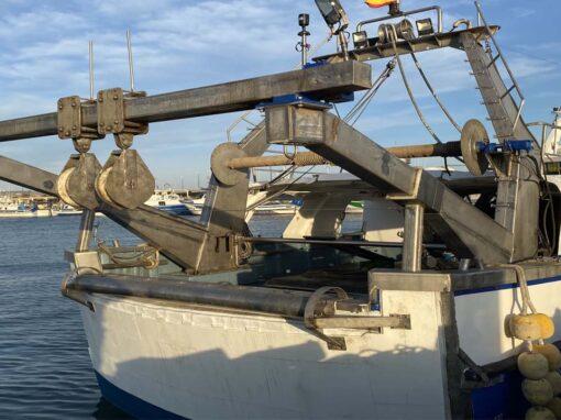 Palos y potencias en embarcación de pesca